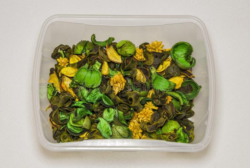 Fiori decorativi asciutti, frutti, piante in un recipiente di plastica assorted immagine stock libera da diritti