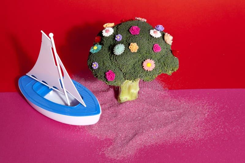 Fiori dei broccoli e crogiolo rosa-rosso di giocattolo immagine stock