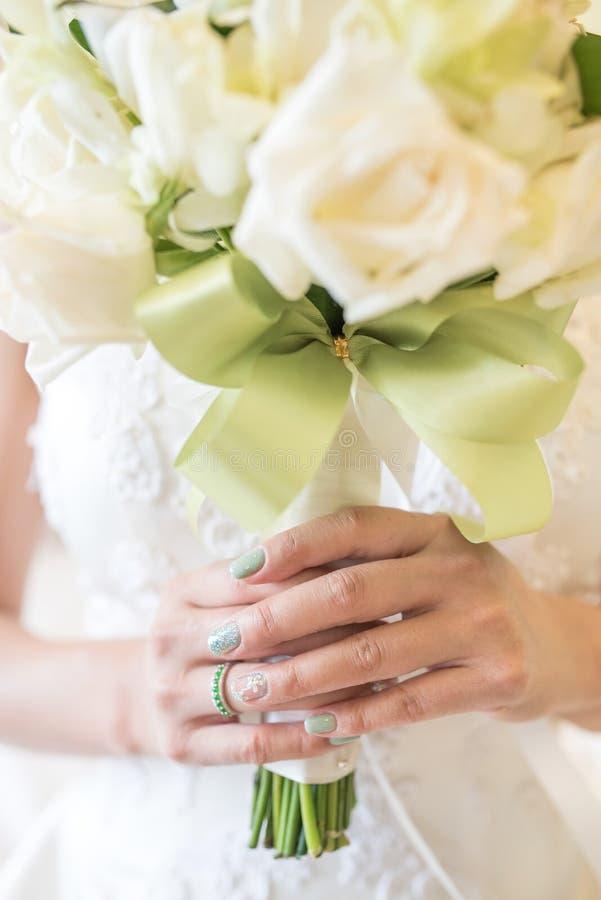 Fiori del mazzo di nozze della tenuta della sposa delle rose immagini stock