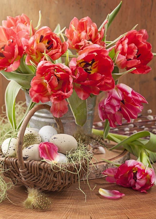 Fiori del tulipano ed uova di Pasqua immagine stock