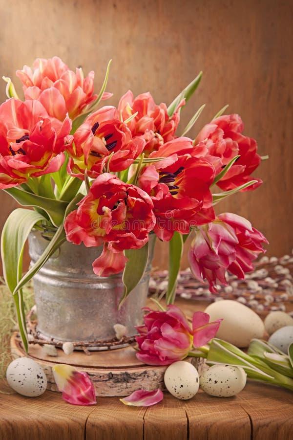 Fiori del tulipano ed uova di Pasqua fotografia stock libera da diritti