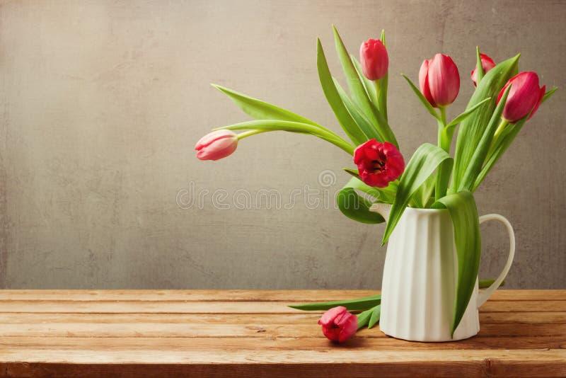 Fiori del tulipano per la celebrazione di compleanno Tulipani in vaso immagine stock libera da diritti