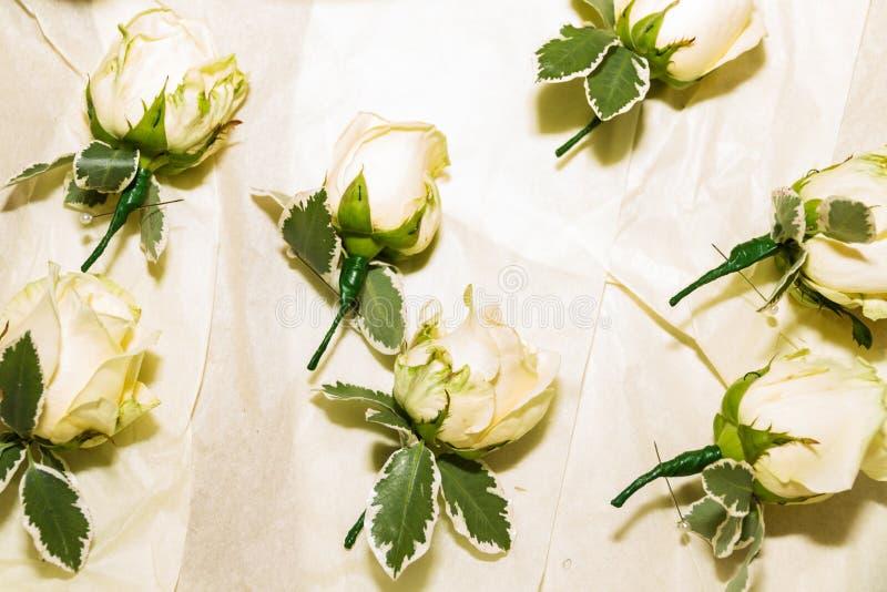 Fiori dell'occhiello pronti per il matrimonio di nozze immagini stock