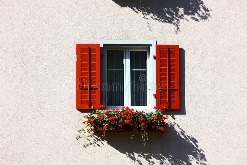 Fiori della finestra alla città Leukerbad della stazione termale immagini stock libere da diritti