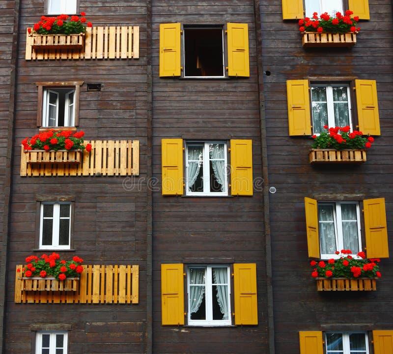Fiori della finestra in Stazione termale Leukerbad fotografie stock libere da diritti