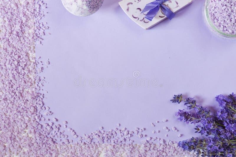 Fiori della lavanda, sapone, sale marino aromatico ed asciugamani Concetto per il salone della stazione termale, di bellezza e di immagini stock libere da diritti