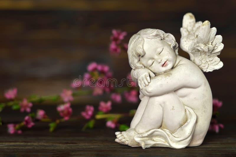 Fiori della molla e di angelo custode fotografia stock libera da diritti
