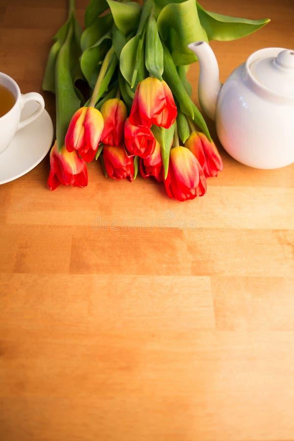 fiori della molla e una tazza di tè di mattina Giornata internazionale della donna o festa della mamma immagine stock libera da diritti