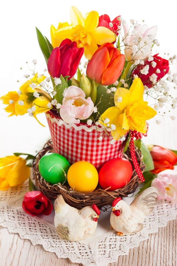 Fiori della primavera ed uova di Pasqua immagini stock