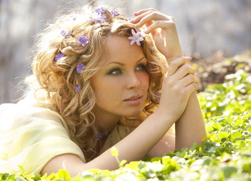 Fiori della sorgente e della ragazza in suoi capelli fotografia stock libera da diritti