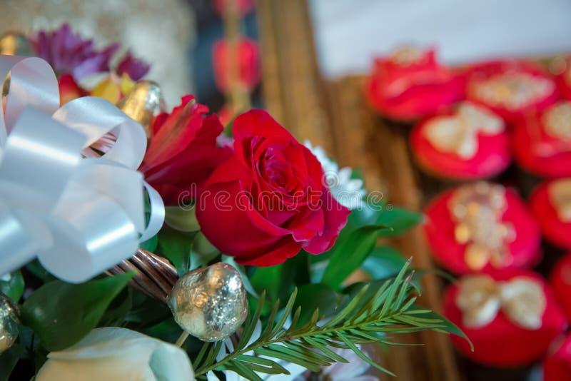 Fiori delle rose rosse con il festival del biglietto di S. Valentino ed il bello fondo del mazzo della sfuocatura vinaccia 8 Bei  immagine stock libera da diritti