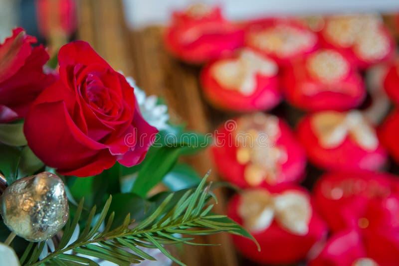 Fiori delle rose rosse con il festival del biglietto di S. Valentino ed il bello fondo del mazzo della sfuocatura vinaccia 8 Bei  fotografie stock