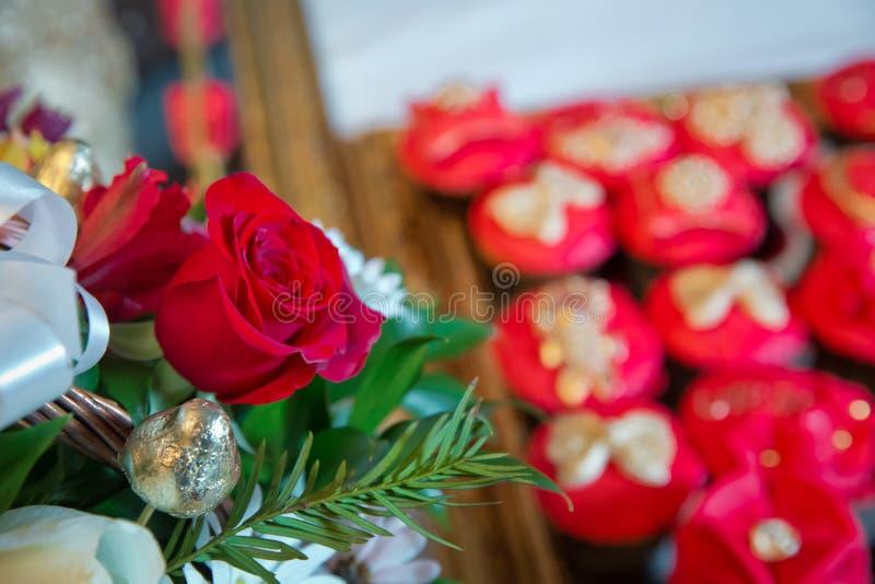Fiori delle rose rosse con il festival del biglietto di S. Valentino ed il bello fondo del mazzo della sfuocatura vinaccia 8 Bei  immagini stock libere da diritti