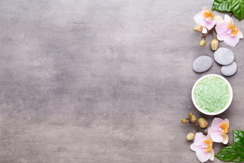 Fiori di bellezza dell'orchidea su fondo d'annata Fondo della stazione termale, terapia della stazione termale, bellezza Stazione immagine stock