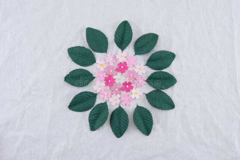 Fiori di carta e foglie verdi di tono rosa immagine stock