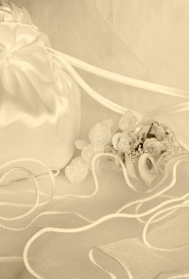 Fiori di cerimonia nuziale e sacchetto nuziale sopra il velare immagine stock libera da diritti