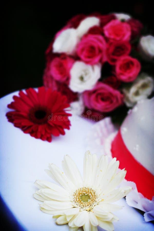 Fiori di cerimonia nuziale, torta fotografie stock libere da diritti
