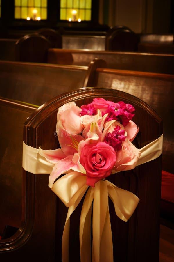 Fiori di cerimonia nuziale in una chiesa immagine stock libera da diritti