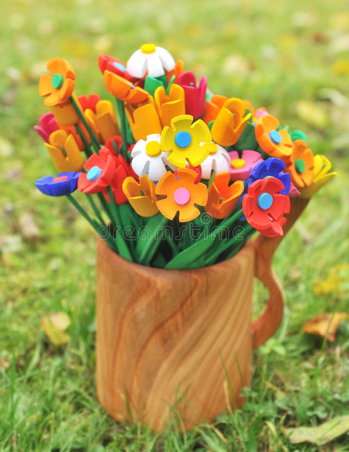 Fiori di legno multicolori del mazzo in un vaso fotografia stock libera da diritti