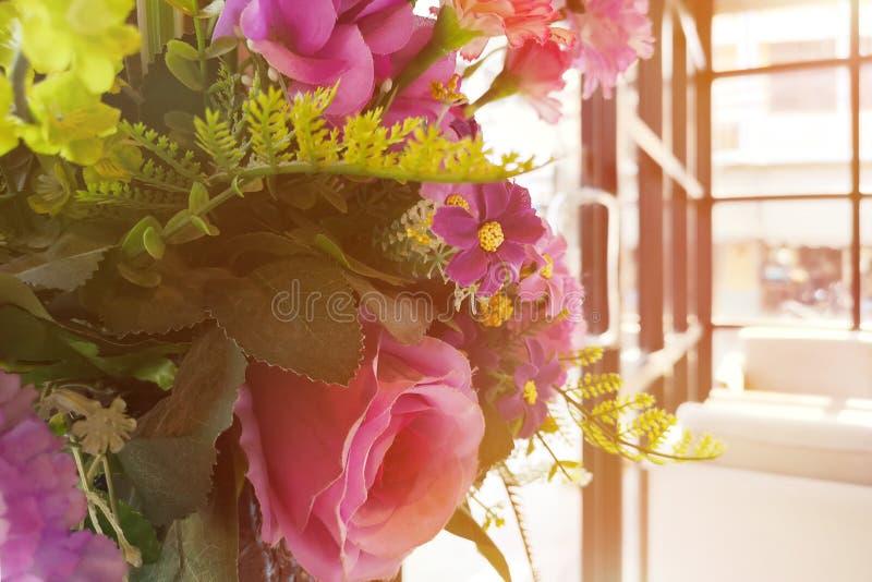 Fiori di mattina nel tono rosa-giallo della stanza e vuoto con lo spazio della copia per testo immagini stock