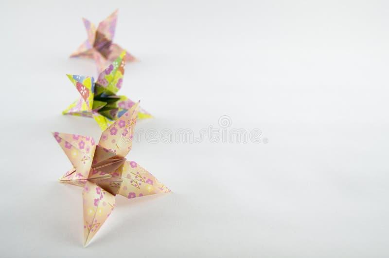 Fiori di Origami su priorità bassa bianca fotografia stock libera da diritti