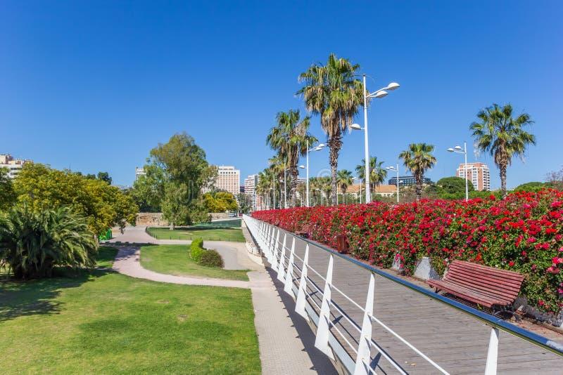 Fiori e banco rossi sul ponte di Puente de Las Flores in Vale fotografia stock
