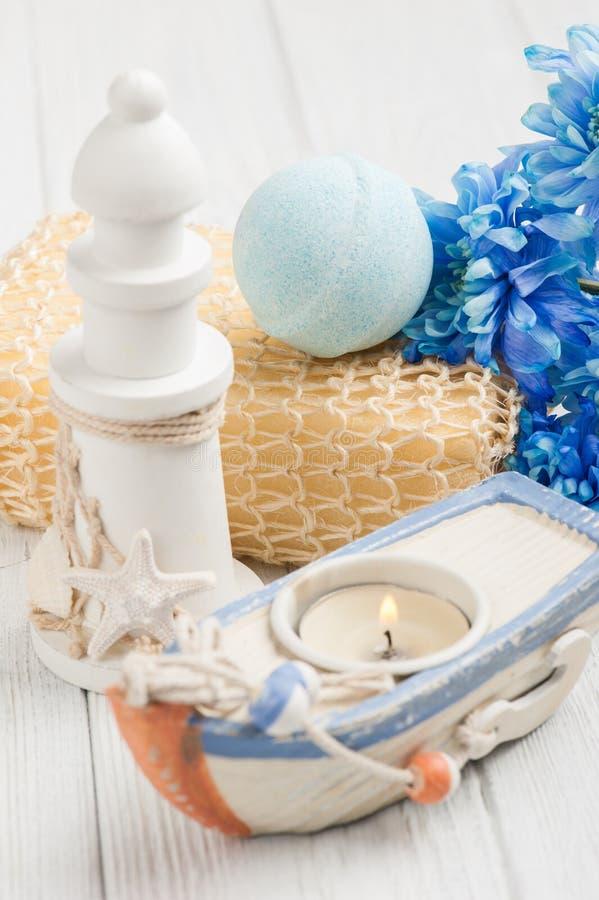Fiori e bombe blu del bagno fotografia stock