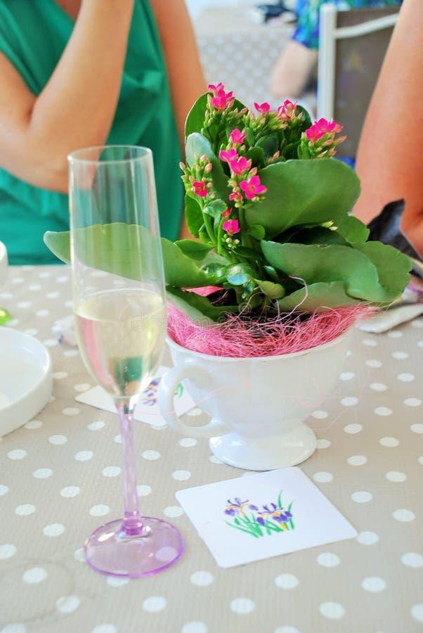Fiori e champagne per una celebrazione fotografia stock
