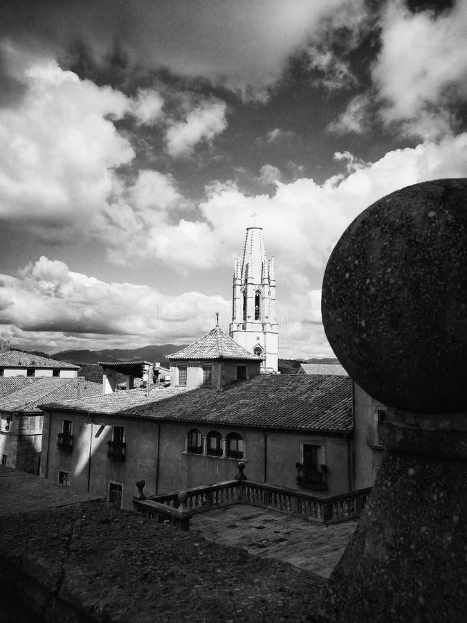 Fiori e costruzioni nel centro di Girona fotografie stock