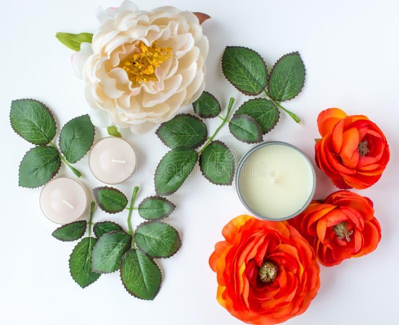 Fiori e foglie con le candele fotografia stock