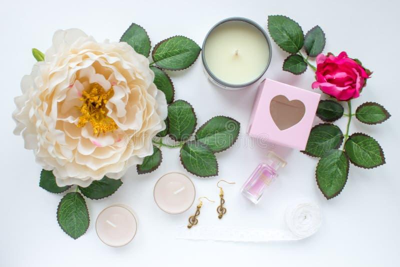 Fiori e foglie con le candele e gli accessori immagine stock libera da diritti