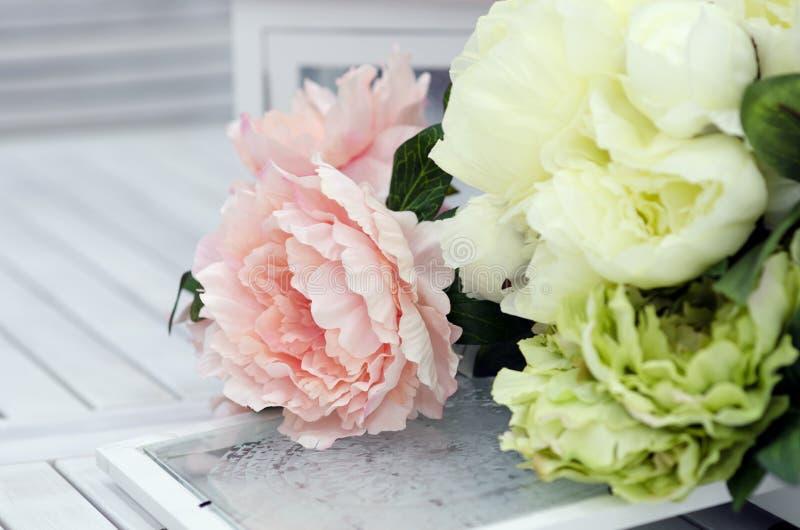 Fiori e lampade sulla tavola di legno bianca fotografia stock libera da diritti