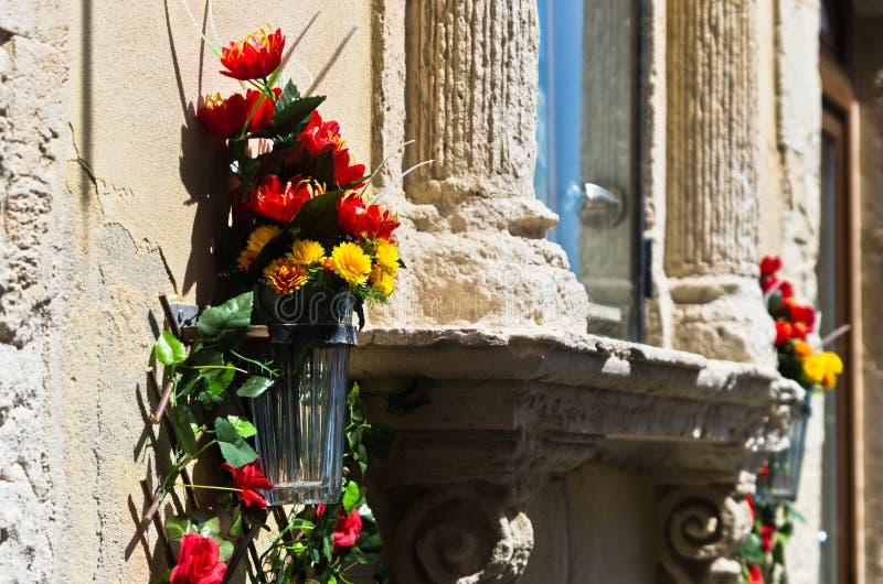 Fiori e pietra, dettaglio dalla via di Ortigia, città di Siracusa, Sicilia immagine stock libera da diritti