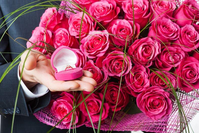 Fiori ed anello in casella rosa fotografia stock