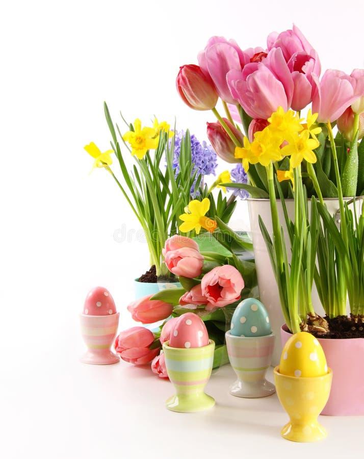 Fiori ed uova festivi della molla per Pasqua fotografia stock libera da diritti