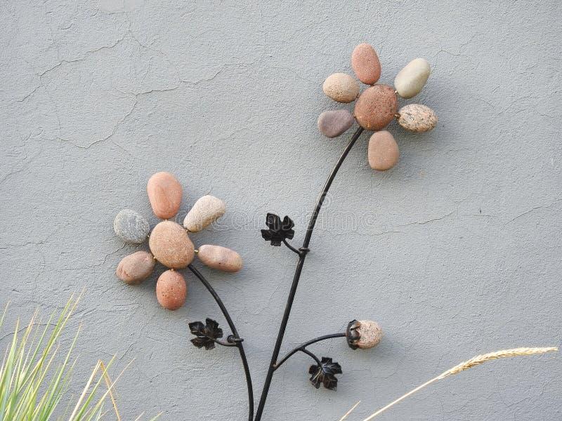 Fiori fatti dalla pietra sulla parete domestica, Lituania immagine stock