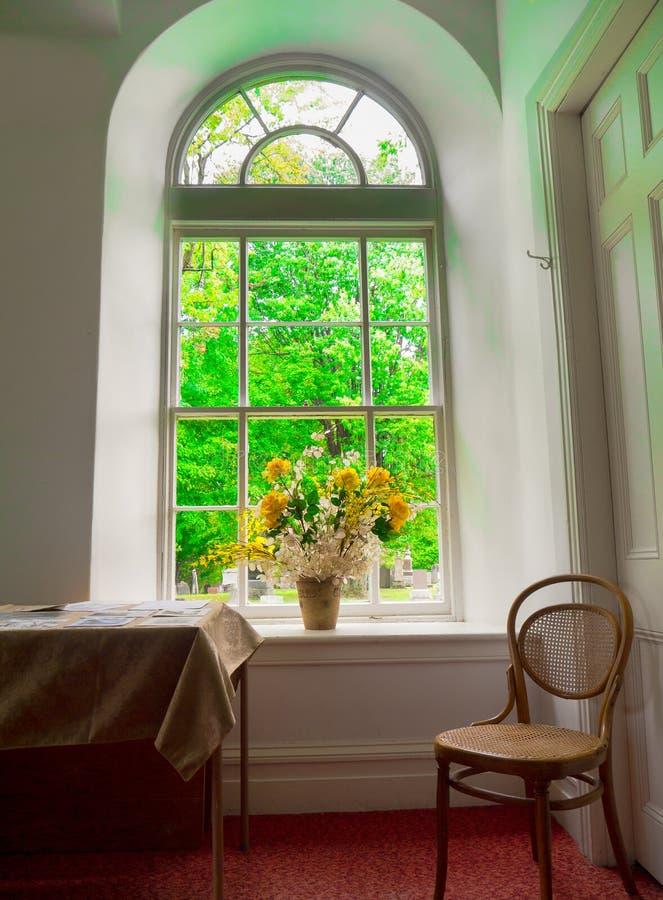 Fiori in finestra fotografia stock libera da diritti