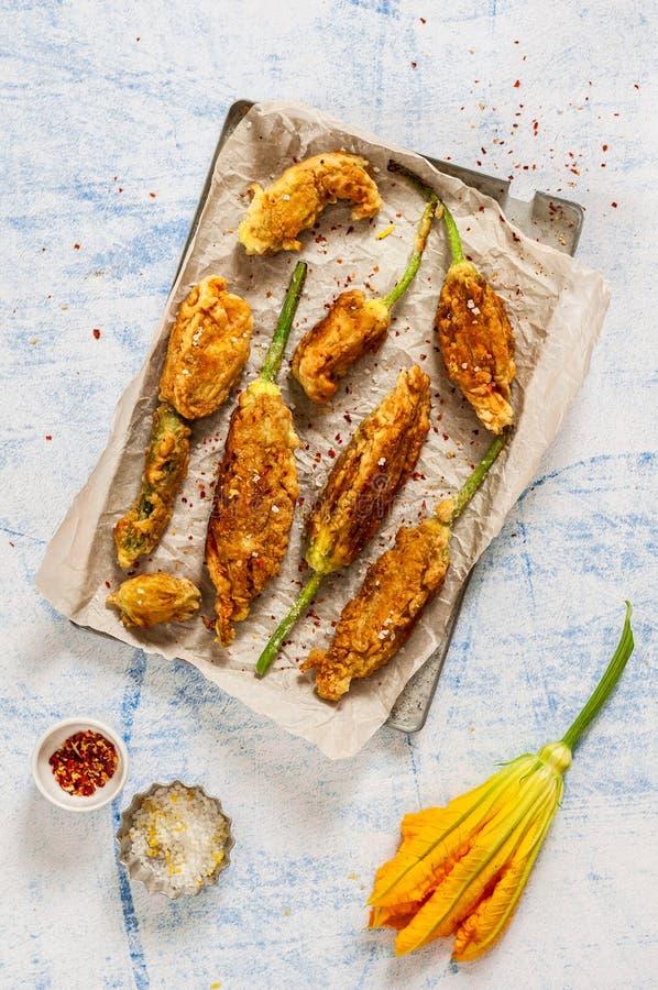 Fiori fritti dello zucchini immagini stock
