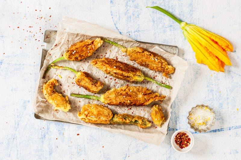 Fiori fritti dello zucchini immagine stock