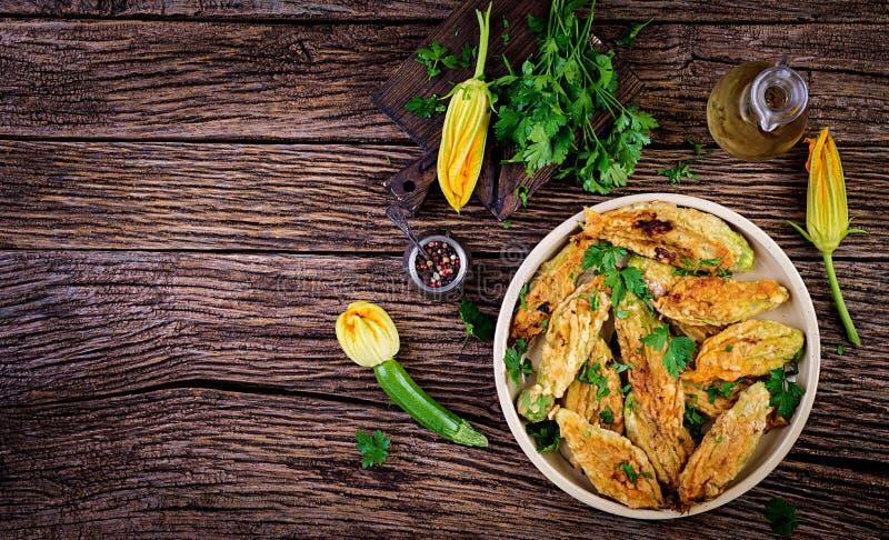 Fiori fritti dello zucchini farciti con la ricotta e le erbe verdi Alimento del vegano immagine stock libera da diritti