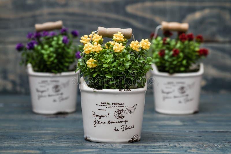 Fiori Gialli In Vaso.Fiori Gialli Porpora E Rossi Artificiali In Un Vaso Da Fiori
