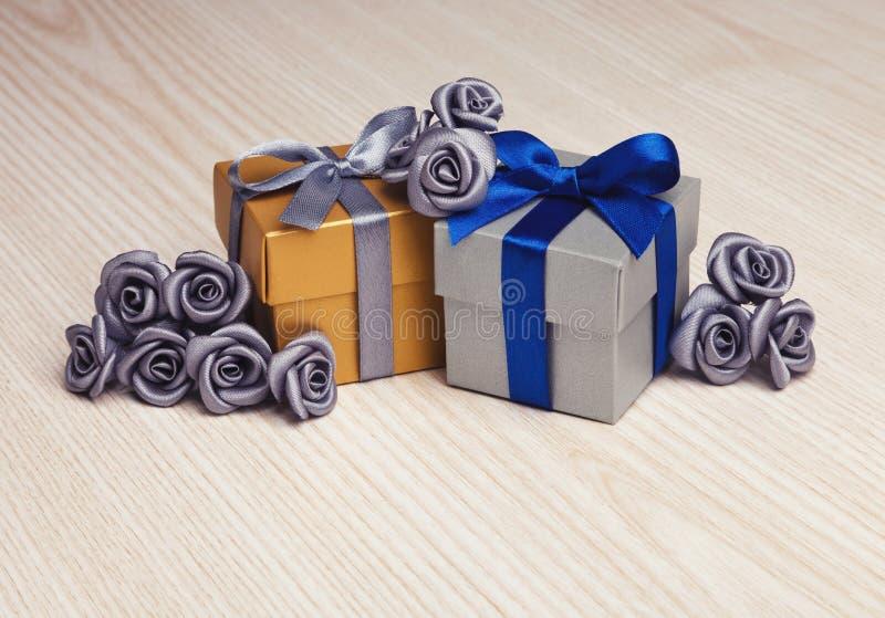 Fiori grigi e due contenitori di regalo fotografia stock