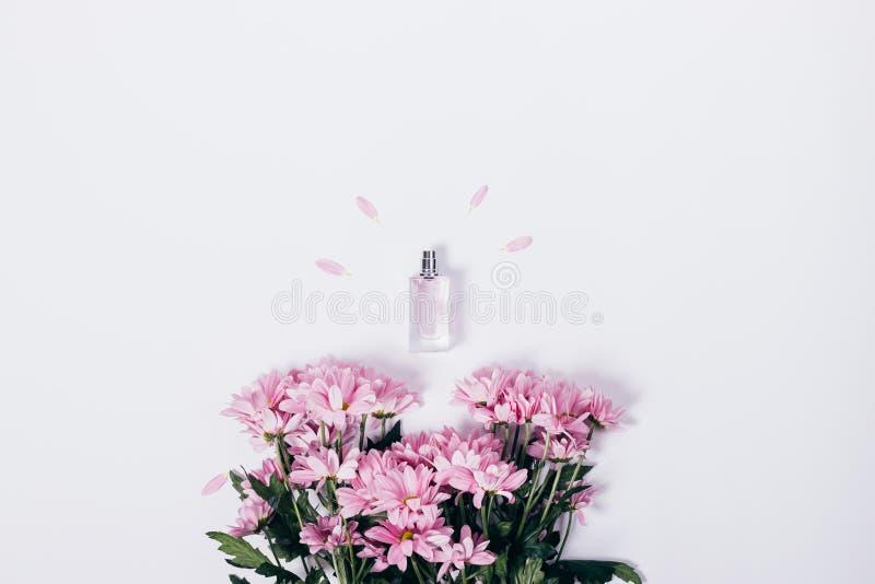 Fiori lilla e una piccola bottiglia fotografie stock libere da diritti