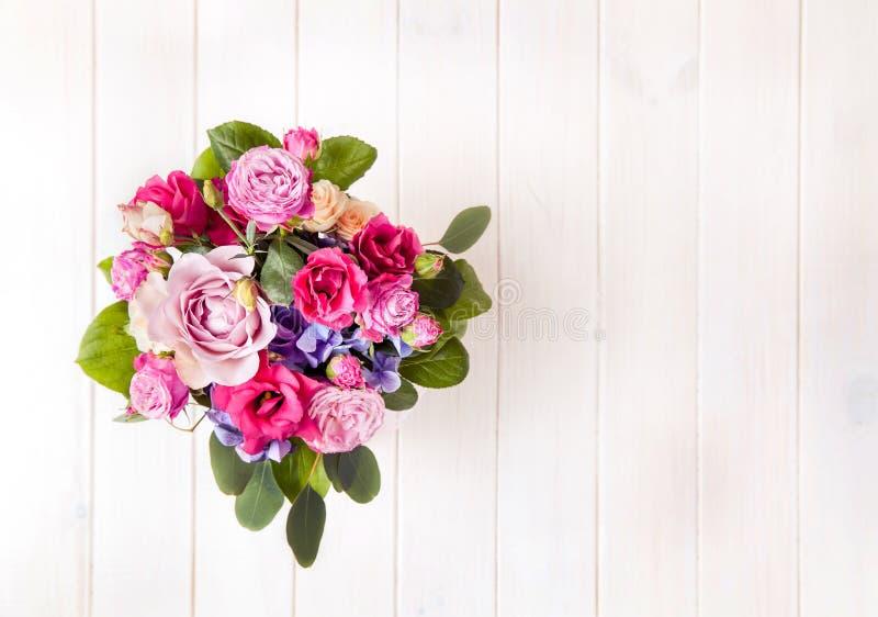Fiori Mazzo delle rose in un secchio fotografia stock libera da diritti