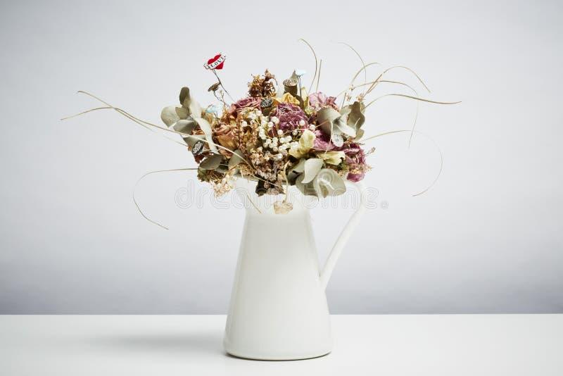 Fiori nuziali dei fiori nuziali secchi in vaso fotografia stock libera da diritti