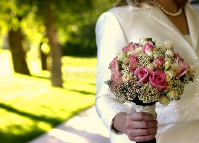 Fiori per una sposa alla sua cerimonia nuziale immagini stock libere da diritti