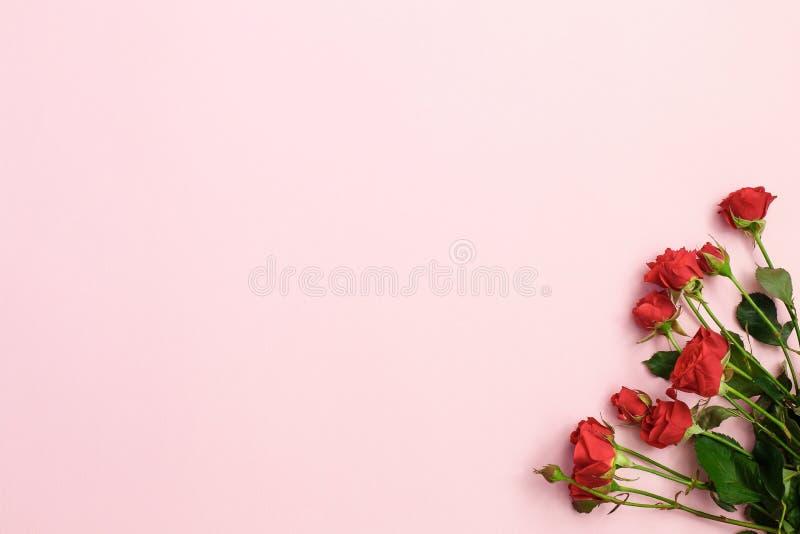 Fiori porpora e cono di gelato verde su fondo rosa Disposizione piana immagini stock libere da diritti