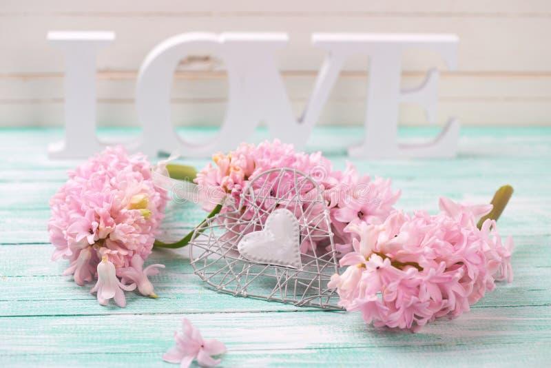 Fiori rosa, amore di legno di parola e cuore decorativo immagini stock libere da diritti