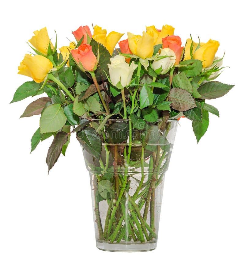 Fiori rosa colorati in un vaso trasparente, disposizione floreale, fondo isolato e bianco immagini stock libere da diritti