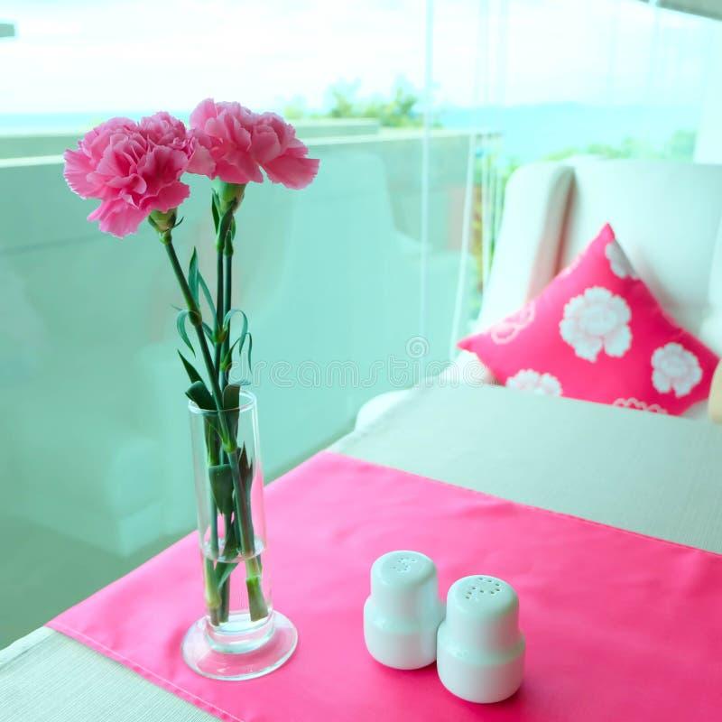 Fiori rosa del garofano sulla tavola fotografia stock libera da diritti